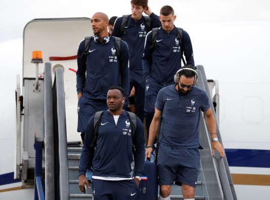 Les joueurs de l'équipe de France à leur descente de l'avion à Moscou, le 10 juin 2018.