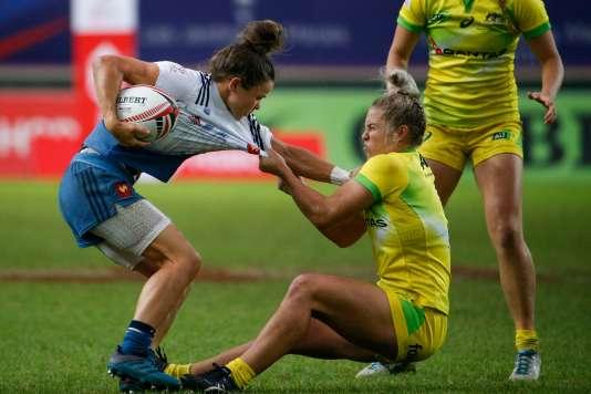 La Française Camille Grassineau face à l'Australienne Emma Tonegato lors de la demi-finale du Tournoi de Paris, au stade Jean-Bouin, le 9 juin 2018.