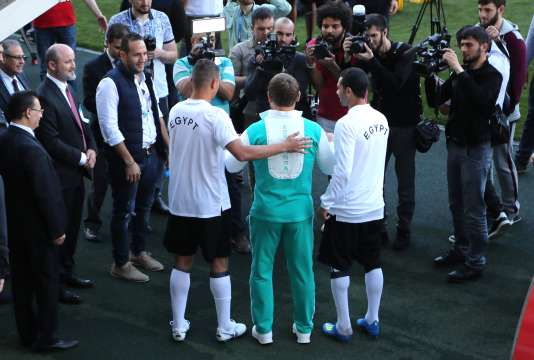 Ramzan Kadyrov pose devant les photographes avec les Egyptiens Ahmed Fathi (R) et Samir Saad.