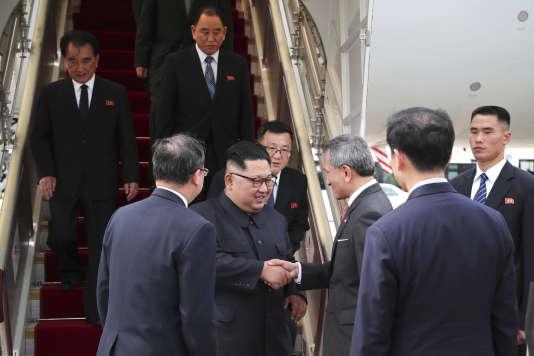 Le ministre singapourien des affaires étrangères, Vivian Balakrishnan, a tweeté une photo du dirigeant nord-coréen à son arrivée à Singapour, dont les apparitions en dehors de son pays sont rarissimes, à sa descente d'avion.