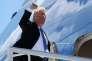 Le président américain Donald Trump embarque à bord d'Air Force One pour se rendre à Singapour, le 9 juin, à Bagotville, au Québec.