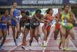 Kendall Ellis, au centre, en noir, avant son 400 mètres qui a apporté la victoire à l'université de Californie du Sud.