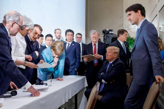 Emmanuel Macron, Angela Merkel, Shinzo Abe et Donald Trump négocient le communiqué final du sommet du G7, à La Malbaie (Québec), le 9 juin.
