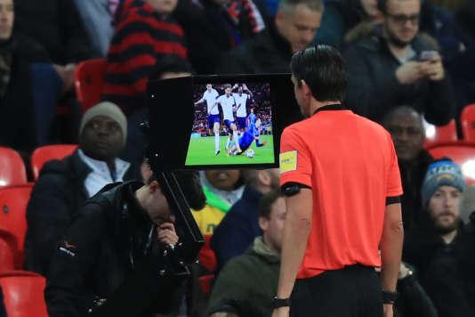 Arbitrage vidéo lors de la rencontre amicale Italie-Angleterre du 26 mars.