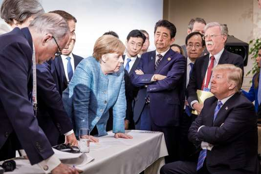 Emmanuel Macron, Angela Merkel, Shinzo Abe et Donald Trump négocient le communiqué final du sommet du G7, à La Malbaie (Québec), le 9 juin
