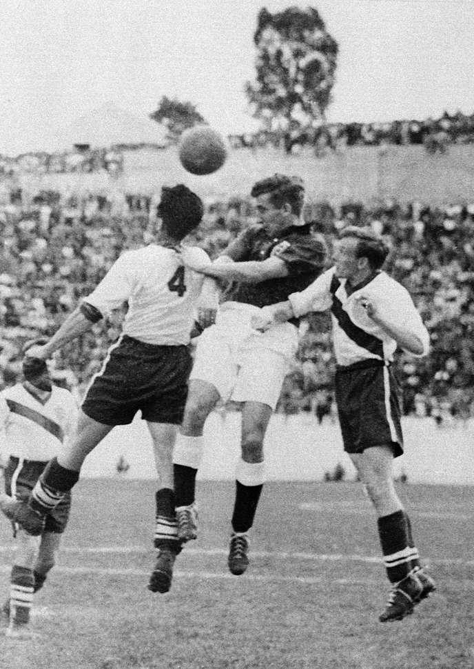 Le joueur anglais Thomas Finney (au centre) tente de prendre le ballon entre deux américains, le 29 juin 1950 à Belo Horizonte