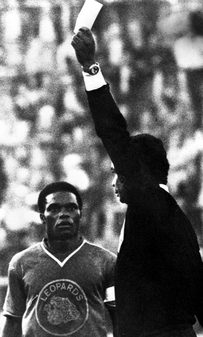 L'arbitre colombien donne un avertissement à un joueur zaïrois pendant le match face à la Yougoslavie.