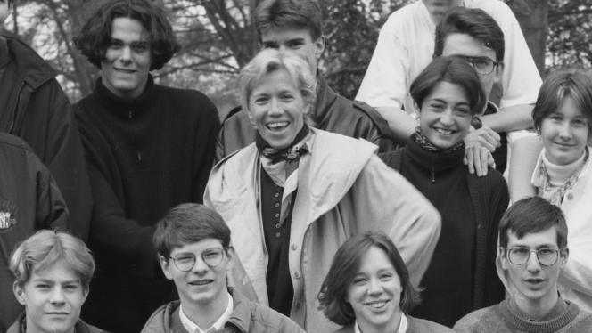 Brigitte Macron, avec ses élèves de 1ère au lycée de la Providence, en avril 1994, à Amiens.