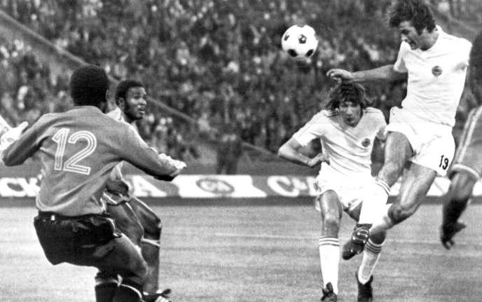 Dusan Bajevic inscrit l'un de ses trois buts de la rencontre, face au malheureux gardienDimbi Tubilandu, entré en jeu en cours de match.