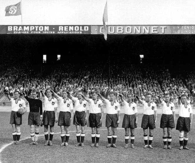 L'équipe allemande effectue le salut nazi avant la rencontre au Parc des princes.