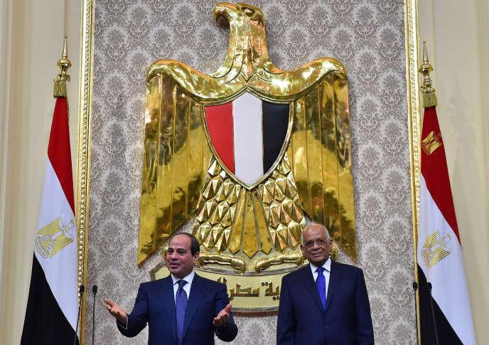 Le président égyptien, Abdel Fattah Al-Sissi, accompagné du président de la Chambre des représentants, Ali Abdel Aal, à l'issue de son investiture pour un second mandat, le 2juin2018.