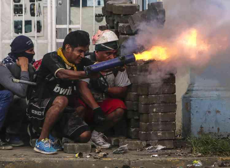 Un manifestant tire avec un mortier artisanal vers la police près de Managua, le 9 juin.