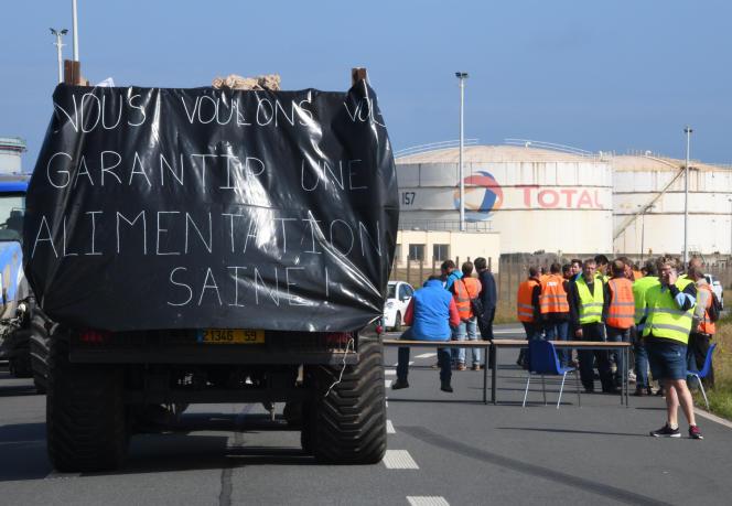La raffinerie Total de Fort-Mardyck (Nord) est bloquée par des membres de la FNSEA, le 11 juin.