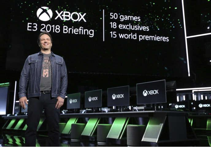 Phil Spencer devant la scène où s'est tenue la conférence de presse Xbox, où 50jeux dont 18exclusivités ont été présentés, et une nouvelle génération de consoles évoquée.