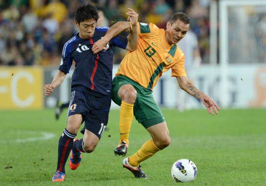 L'Australien, Jade North (en jaune) à la lutte avec le Japonais Shinji Kagawa, le 12 mars 2012 à Brisbane