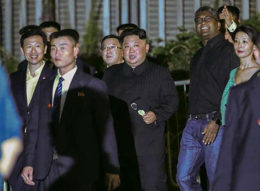 Kim Jong-un, escorté par ses officiers de sécurité, lors d'une visite à l'hôtel Marina Bay Sands à Singapour, lundi11 juin.