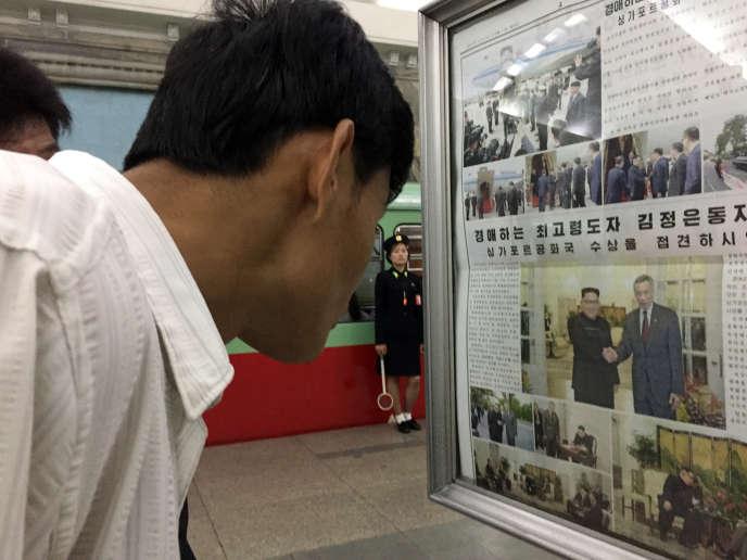 Journaux affichés dans une station de métro de Pyongyang, le 11 juin.