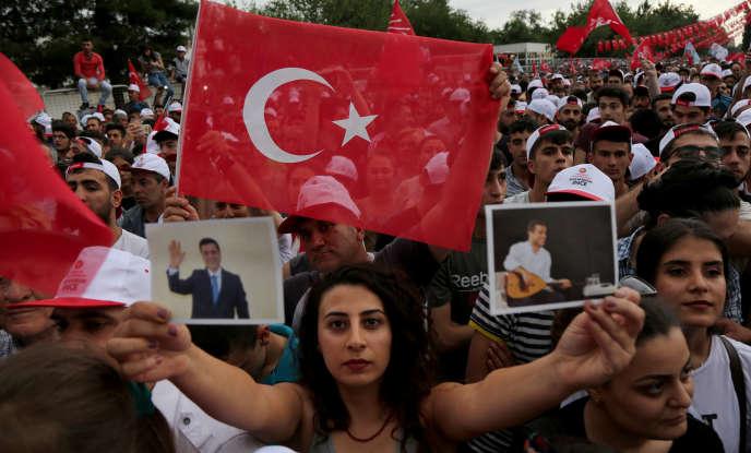 Une femme brandit des photographies de Selahattin Demirtas lors d'une manifestation en sa faveur àDiyarbakir, en Turquie, le 11 juin.