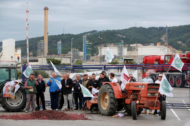 Les agriculteurs réunis devant le site de la Mède (Bouches-du-Rhône), lundi 11 juin.