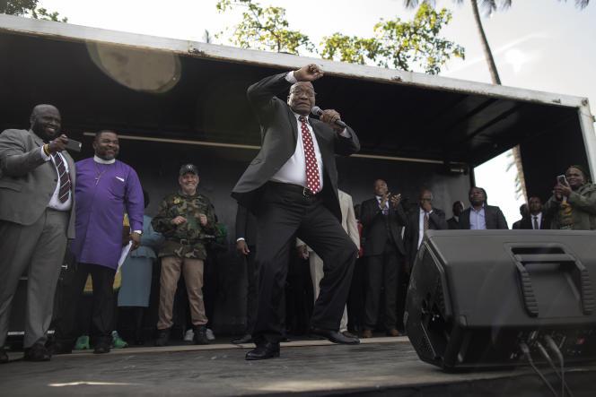 L'ancien président sud-africain Jacob Zuma devant ses partisans venus le soutenir devant letribunal de Durban pourde sa deuxième comparution dans une affaire de corruption avec l'entreprise française Thales.