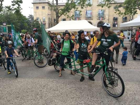 Arrivée, dimanche 10 juin, à Montreuil (Seine-Saint-Denis) de la quadriplette, des deux triplettes et des vélos du tour Alternatiba 2018 pour promouvoir les initiatives contre le réchauffement climatique.