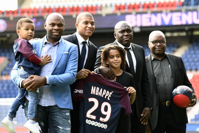 Kylian Mbappé entouré de sa famille lors de sa présentation au stade du Parc des Princes, à Paris, le 6 septembre 2017.
