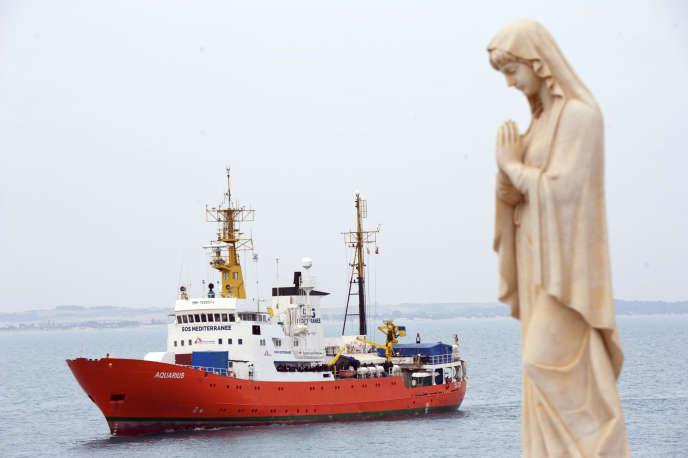 L'«Aquarius», le bateau qui recueille des migrants en Méditerranée, près du port de Pozzallo (Italie), le 1er juin 2018.