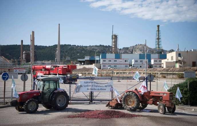 Des agriculteurs bloquent la raffinerie de la Mède, le 11 juin.