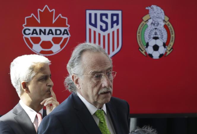 Sunil Gulati (à gauche), ex-président de la fédération américaine de football et Decio de Maria, président de la fédération mexicaine de football, lors d'une conférence de presse sur la candidature nord-américaine, le 10 avril 2017. (AP Photo/Mark Lennihan)