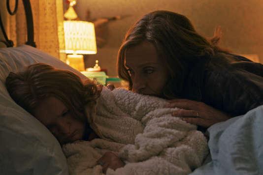Dans « Hérédité», Toni Collette interprète la mère, Annie (Graham), et l'adolescente Milly Shapiro sa fille Charlie.