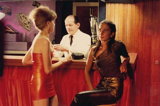 Simone Barbès, interprétée par Ingrid Bourgoin, attend de retrouver celle qu'elle aime dans une boîte lesbienne.