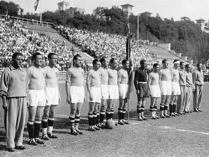 Luis Monti, deuxième en partant de la gauche, et l'équipe nationale italienne avant la finale de la Coupe du monde contre la Tchécoslovaquie en 1934.