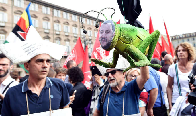 Manifestation à Turin (Italie) le 12 juin, contre la décision du ministre de l'intérieur Matteo Salvini de ne pas laisser accoster l'«Aquarius».