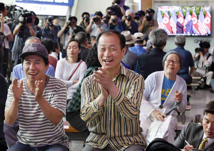 En Corée du Sud, la gare de Séoul a été le théâtre d'applaudissements et de cris de joie au moment de la diffusion de la poignée de main historique.