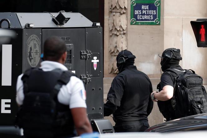 Un important périmètre de sécurité a été mis en place autour de la rue des Petites écuries, fréquentée notamment pour ses bars et restaurants