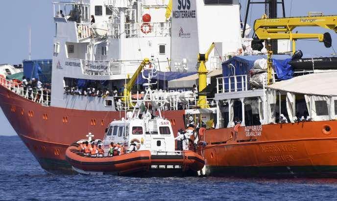 « Pour le nouveau ministre italien de l'intérieur, Matteo Salvini, la situation lui permettait de poser un marqueur politique fort vis-à-vis de ses électeurs» (Garde-côtes italien et migrants sur l'« Aquarius», le 12 juin 2018, en Méditerranée).