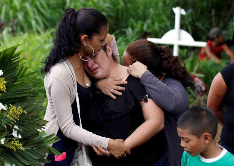 Lors des funérailles de Chester Chavarria, un étudiant de 19 ans tué lors des manifestations contre Daniel Ortega. Au cimetière de Managua, le 9 juin.