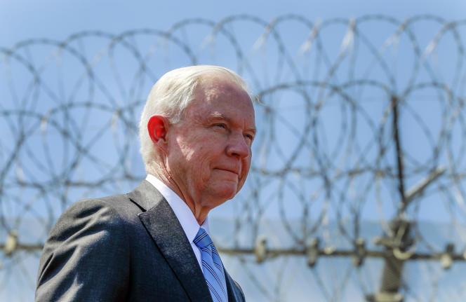 Le ministre américain de la justice, Jeff Sessions, le 21 avril 2017 lors d'une visite à la frontière avec le Mexique.