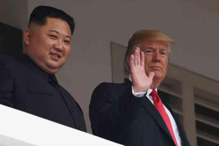 Cette fois-ci, c'est le président des Etats Unis qui salue depuis le balcon de l'hôtel.