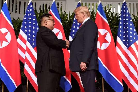 Poignée de main historique entre Donald Trump et Kim Jong-un, mardi 12 juin, à Singapour.