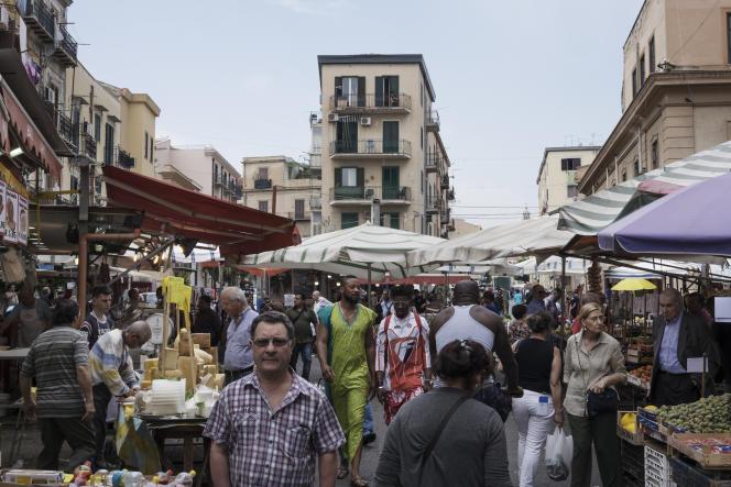 Le marché du quartier de Ballaro, où habitent de nombreux migrants, à Palerme (Sicile), le 6 juin.