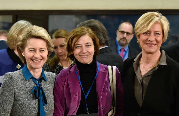La ministre française de la défense, Florence Parly (au centre), entourée de ses homologues allemande, Ursula von der Leyen (à gauche), et italienne, Roberta Pinotti (à droite), au siège de l'OTAN, à Bruxelles, le 14 février.