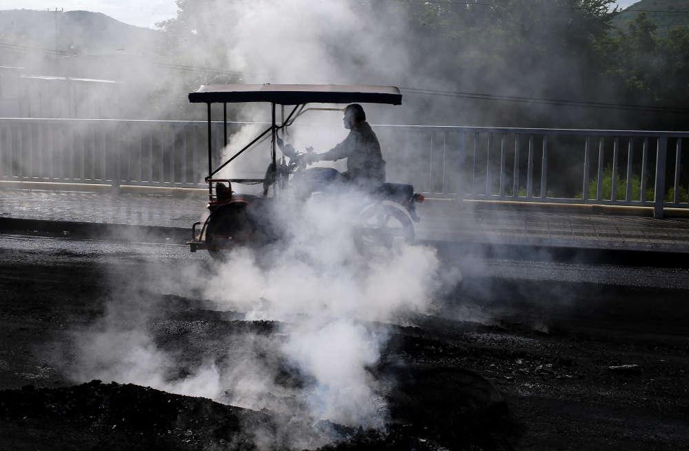 Un homme passe devant des pneus brûlés lors d'une manifestation contre le président Daniel Ortega, à Sebaco, le 11 juin.