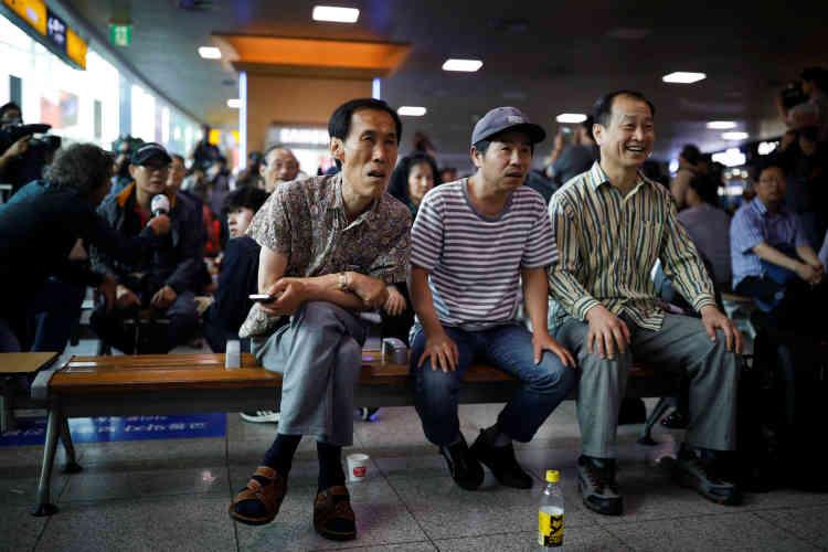 Les Sud-Coréens, comme ici rassemblés devant un écran à la gare de Séoul, ont suivi le sommet avec une attention toute particulière.