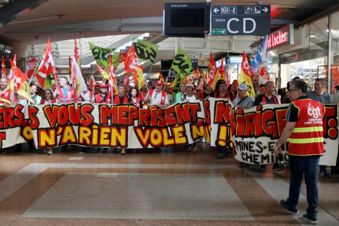 Manifestation contre la réforme ferroviaire, à la gare de Lyon Part-Dieu, le 12 juin.
