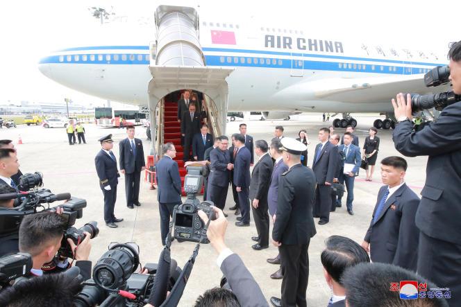 Kim Jong-un à son arrivée à Singapour, le 10juin 2018, après un vol à bord d'un Boeing 747 d'Air China.