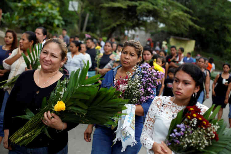 Des proches de la famille d'un étudiant de 19 ans, ChesterChavarria, tué par les forces nicaraguayennes lors d'une manifestation, lors de ses funérailles,à Managua, le 9 juin.