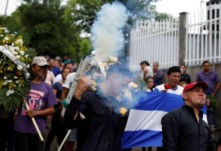 Un homme tire en l'air avec son mortier artisanal lors des funérailles, au cimetière de Managua, de ChesterChavarria, un étudiant tué lors des manifestations contre le gouvernement.