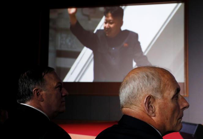 Le secrétaire d'Etat américain, Mike Pompeo, le chef de cabinet de Donald Trump, John Kelly, lors de l'arrivée du dirigeant nord-coréen Kim Jong-un au sommet de Singapour.