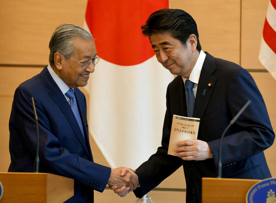 Lors de sa visite à Tokyo, le premier ministre malaisien Mahathir Mohamad (à gauche) a dit son espoir de voir la situation s'améliorer dans la région :« J'espère que les deux côtés comprendront que, dans une négociation, chaque partie doit être prête à des compromis si elles veulent arriver à une issue positive».